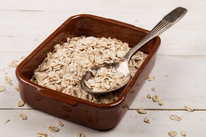Παραδοσιακό ιρλανδικό ακατέργαστο oatmeal σε ένα καφετί κύπελλο στοκ φωτογραφίες με δικαίωμα ελεύθερης χρήσης