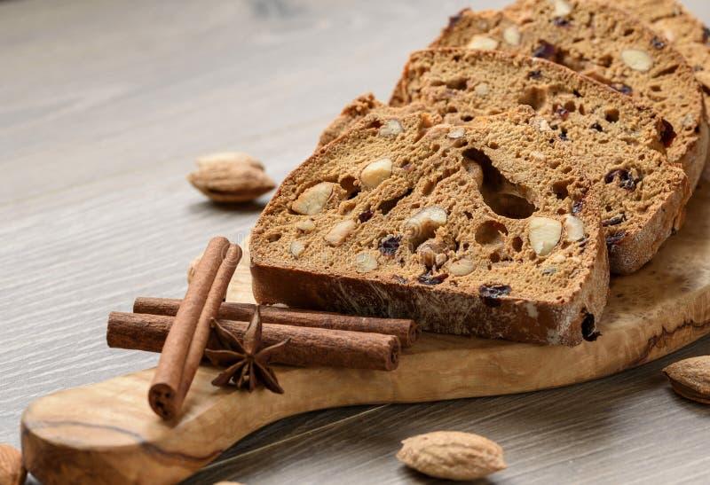 Παραδοσιακό ιταλικό αμύγδαλο Cantuccini biscotti σε ένα καλάθι που διακοσμείται με τα καρύδια στον ξύλινο πίνακα στοκ εικόνες
