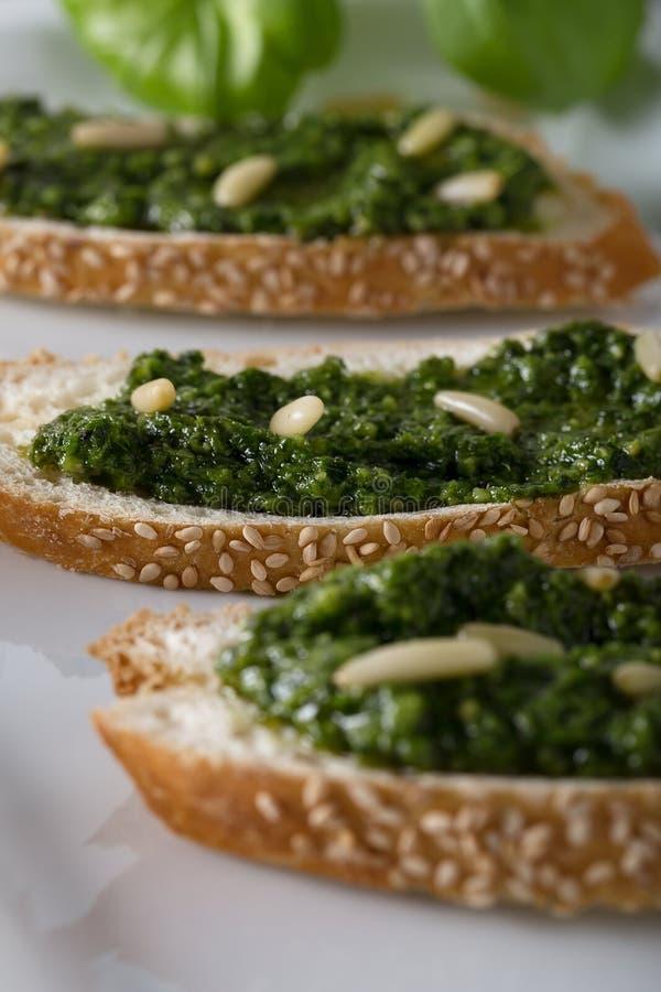 Παραδοσιακό ιταλικό φρέσκο σάντουιτς με τη genovese, εκλεκτική μαλακή εστίαση pesto στοκ εικόνες