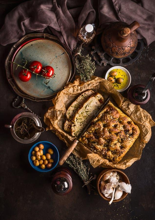 Παραδοσιακό ιταλικό ψωμί focaccia στο μεσημεριανό γεύμα, το γεύμα ή το πρόχειρο φαγητό στον αγροτικό πίνακα με τις ελιές μαχαιριώ στοκ εικόνα με δικαίωμα ελεύθερης χρήσης