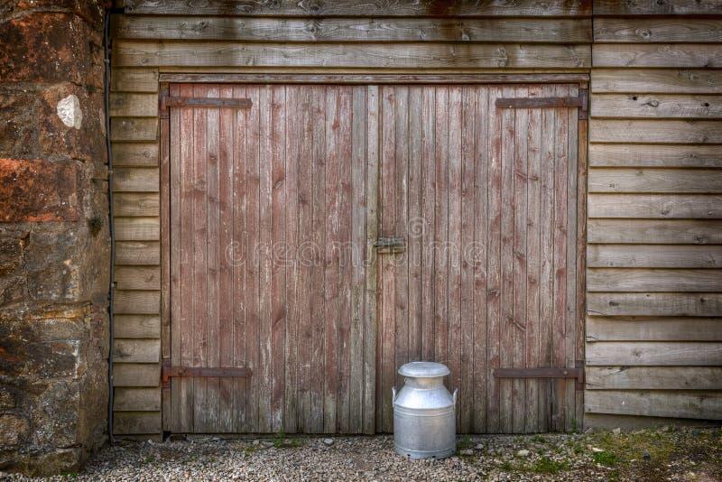 Παραδοσιακό καρδάρι γάλακτος από μια πόρτα σιταποθηκών στοκ εικόνα με δικαίωμα ελεύθερης χρήσης