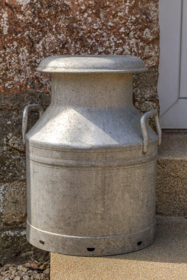 Παραδοσιακό καρδάρι γάλακτος σε ένα βήμα πορτών στοκ φωτογραφίες