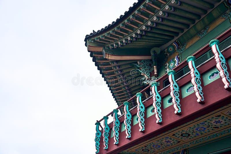 Παραδοσιακό κορεατικό κτήριο ύφους με το ζωηρόχρωμο kiwa και διακοσμήσεις στο βόρειο ουρανό Skyway στη Σεούλ, Νότια Κορέα στοκ φωτογραφία με δικαίωμα ελεύθερης χρήσης
