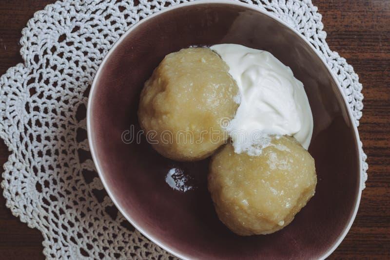 Παραδοσιακό λιθουανικό πιάτο του γεμισμένου cepelinai μπουλεττών πατατών Οι μπουλέττες γίνονται από ξυμένος και οι πατάτες και στοκ εικόνα με δικαίωμα ελεύθερης χρήσης
