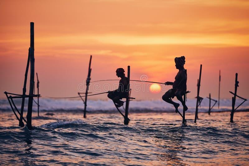 Παραδοσιακό ξυλοπόδαρο που αλιεύει στη Σρι Λάνκα στοκ εικόνες