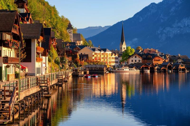 Παραδοσιακό ξύλινο χωριό Hallstatt στη λίμνη Hallstatt στις ευρωπαϊκές Άλπεις, Αυστρία στοκ εικόνα