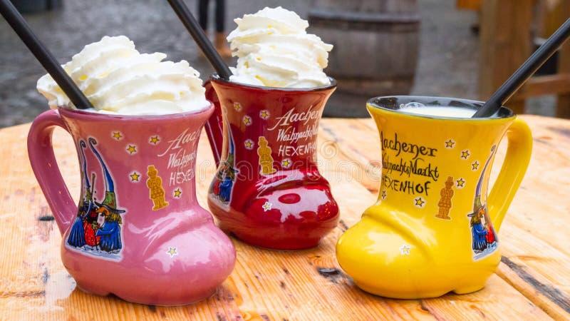 Παραδοσιακό οινοπνευματώδες ποτό Χριστουγέννων - Eggnog, επίσης γνωστό ως διάτρηση γάλακτος ή διάτρηση γάλακτος αυγών στοκ εικόνες
