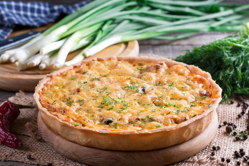 Παραδοσιακό πίτα τυριών κρεμμυδιών - πίτα Λωρραίνη στοκ εικόνα