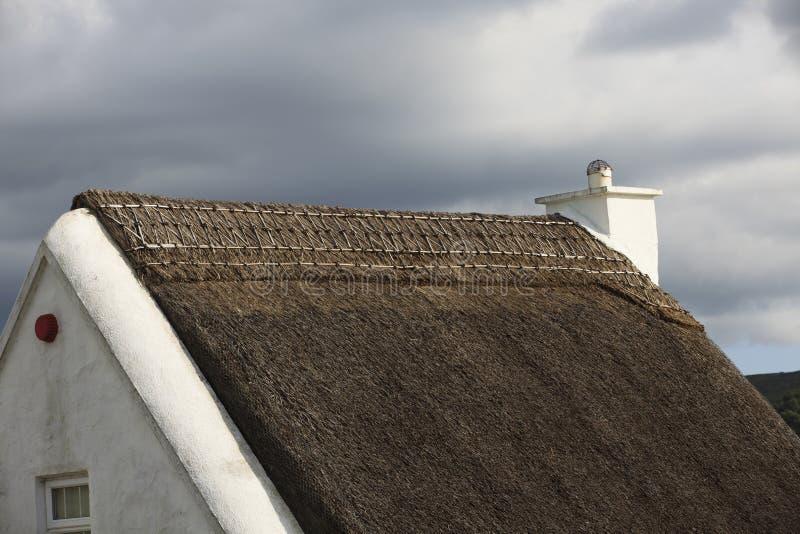 Παραδοσιακό παλαιό ιρλανδικό εξοχικό σπίτι στοκ φωτογραφίες