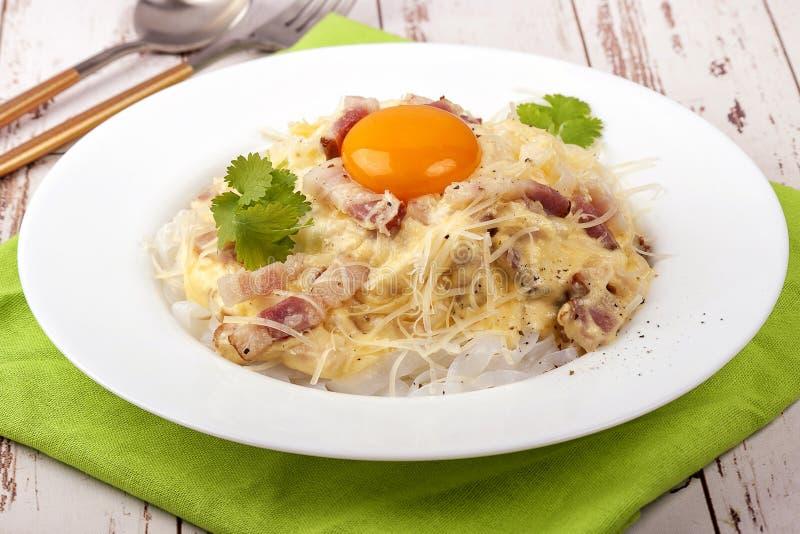Παραδοσιακό πιάτο της ιταλικής σάλτσας carbonara κουζίνας στοκ φωτογραφία