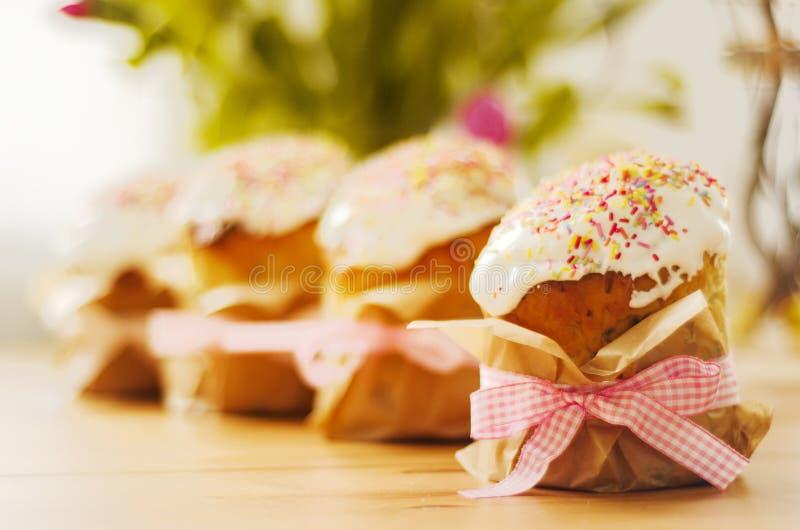 Παραδοσιακό ρωσικό κέικ Πάσχας με τη φωτεινή διακόσμηση στοκ εικόνα με δικαίωμα ελεύθερης χρήσης