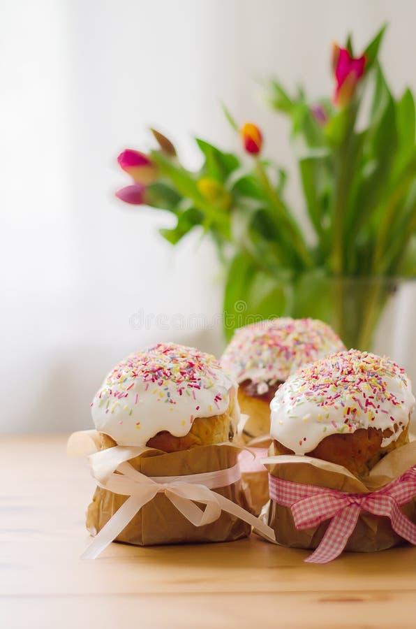 Παραδοσιακό ρωσικό κέικ Πάσχας με τη φωτεινή διακόσμηση στοκ φωτογραφία με δικαίωμα ελεύθερης χρήσης