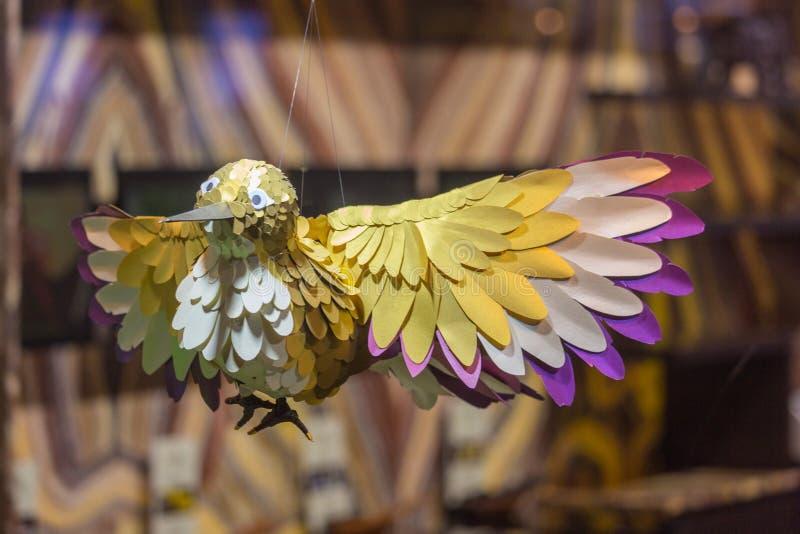 Παραδοσιακό ρωσικό ξύλινο πουλί παιχνιδιών του πουλιού ευτυχίας φιαγμένου από ξύλο που αναστέλλεται σε μια σειρά σε μια προθήκη σ στοκ φωτογραφίες με δικαίωμα ελεύθερης χρήσης