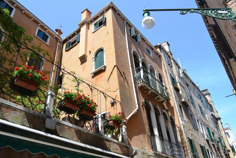 Παραδοσιακό σπίτι της Βενετίας με το μπαλκόνι, arcade και το πεζούλι στοκ εικόνες