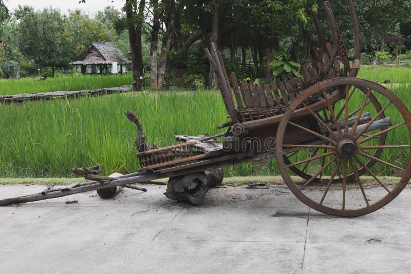 παραδοσιακό ταϊλανδικό κάρρο μεταφορών ύφους παλαιό βαγόνι εμπορευμάτων του αγρότη σε Tha στοκ φωτογραφία με δικαίωμα ελεύθερης χρήσης