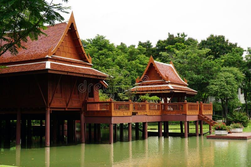 Παραδοσιακό ταϊλανδικό ξύλινο σπίτι ύφους στην Ταϊλάνδη στοκ φωτογραφία με δικαίωμα ελεύθερης χρήσης