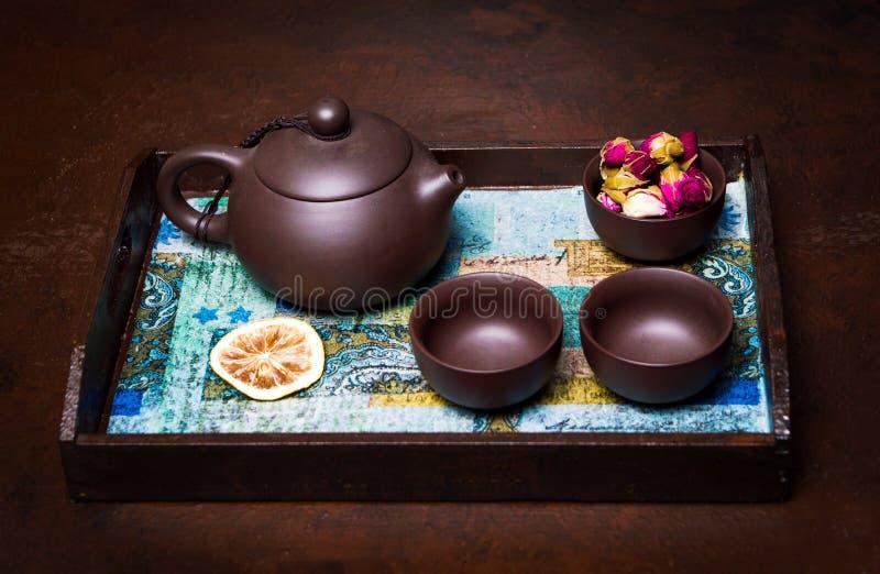 Παραδοσιακό τσάι που τίθεται σε έναν πίνακα στοκ εικόνες