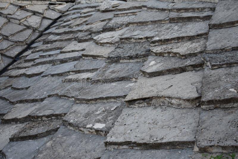 Παραδοσιακό υλικό κατασκευής σκεπής πλακών πετρών στην Ερζεγοβίνη στοκ εικόνες