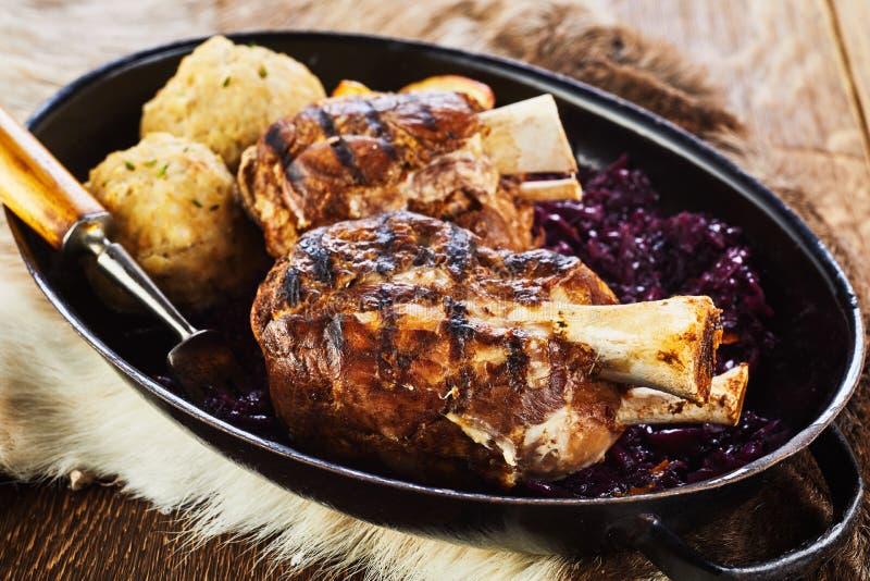 Παραδοσιακό ψημένο στη σχάρα hock χοιρινού κρέατος με τις μπουλέττες στοκ εικόνα με δικαίωμα ελεύθερης χρήσης