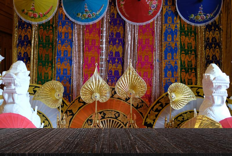 παραδοσιακό ύφασμα, ομπρέλα εγγράφου & χρυσός ανεμιστήρας από τα WI της Ταϊλάνδης στοκ φωτογραφία με δικαίωμα ελεύθερης χρήσης