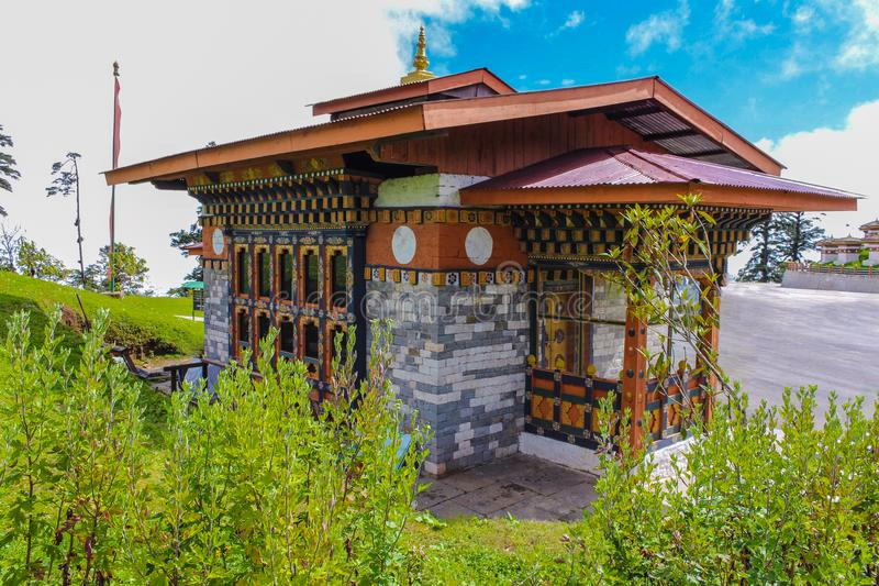 Παραδοσιακό Bhutanese κτήριο κοντά σε Druk Wangyal Lhakhang στοκ εικόνα με δικαίωμα ελεύθερης χρήσης