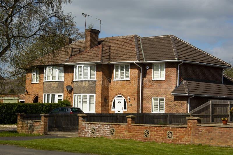 Παραδοσιακό, tipycal αγγλικό σπίτι Σπίτι πετρών τούβλου Άποψη οδών Ο χρόνος άνοιξη… αυξήθηκε φύλλα, φυσική ανασκόπηση στοκ φωτογραφία με δικαίωμα ελεύθερης χρήσης