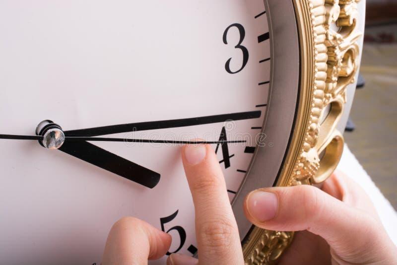 παραδώστε την αφή με ένα ρολόι στοκ εικόνα
