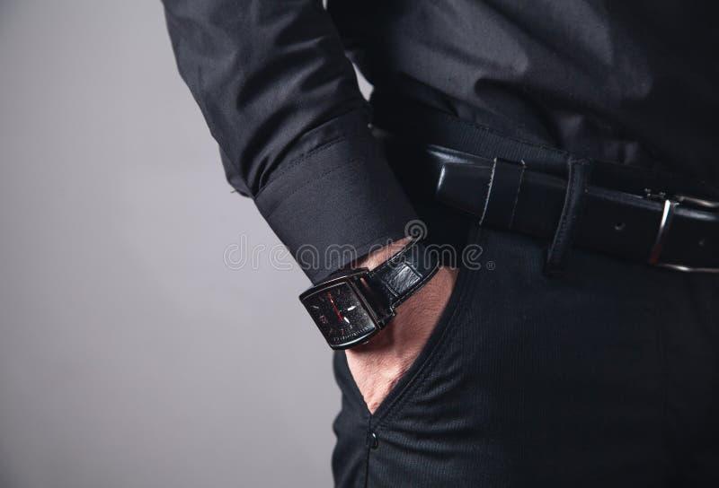 Παραδώστε την τσέπη με το wristwatch στοκ φωτογραφία