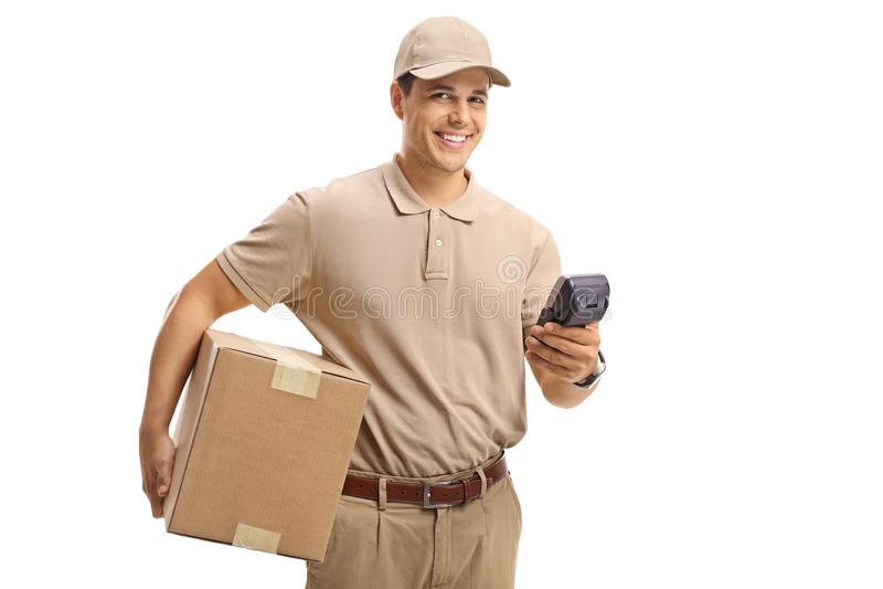 Παραδώστε τον τύπο με μια συσκευασία και ένα τερματικό πληρωμής στοκ εικόνες με δικαίωμα ελεύθερης χρήσης