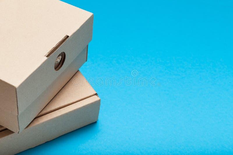 Παραδώστε το κιβώτιο δεμάτων Καφετιά εμπορευματοκιβώτια χαρτοκιβωτίων χαρτονιού r στοκ εικόνα