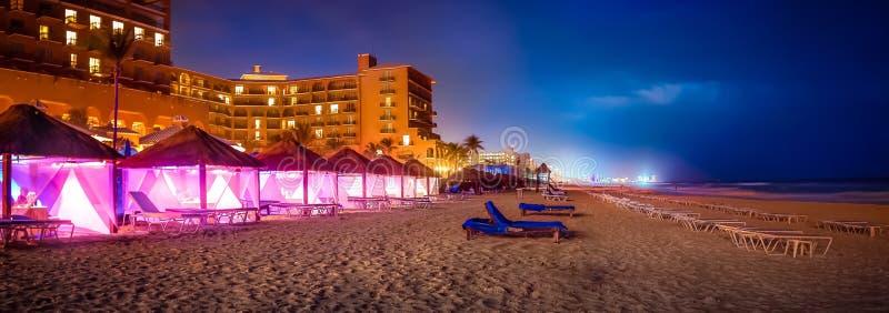 Παραθαλάσσιο θέρετρο Cancun με τους φοίνικες στοκ εικόνα