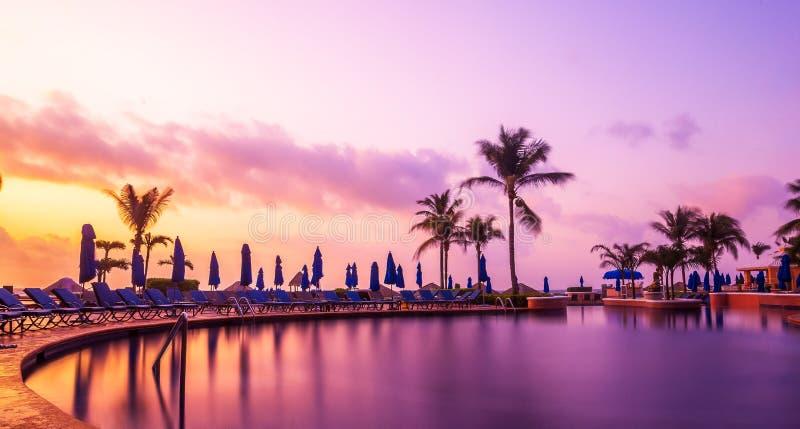 Παραθαλάσσιο θέρετρο Cancun με τους φοίνικες στοκ εικόνες