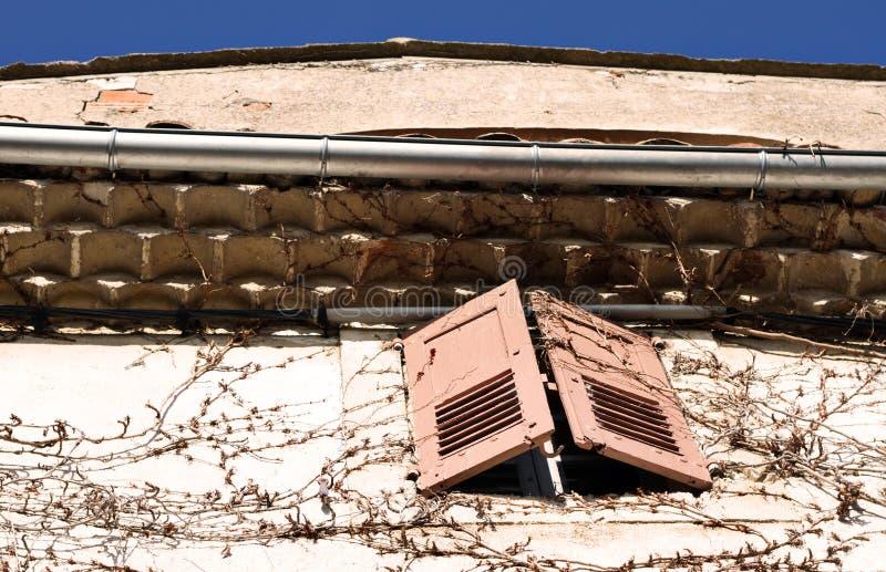 Παραθυρόφυλλα παραθύρων στο σπίτι στοκ εικόνες