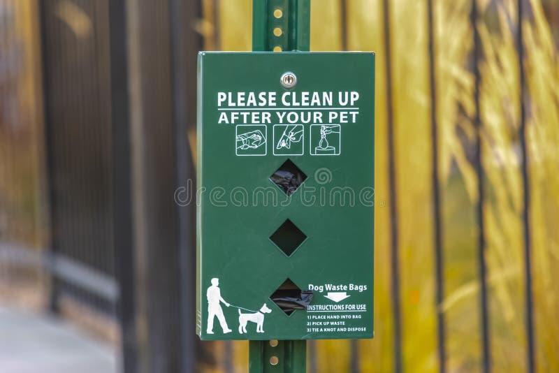 Παρακαλώ καθαρίστε μετά από το διανομέα τσαντών σκυλιών κατοικίδιων ζώων σας στοκ φωτογραφίες με δικαίωμα ελεύθερης χρήσης