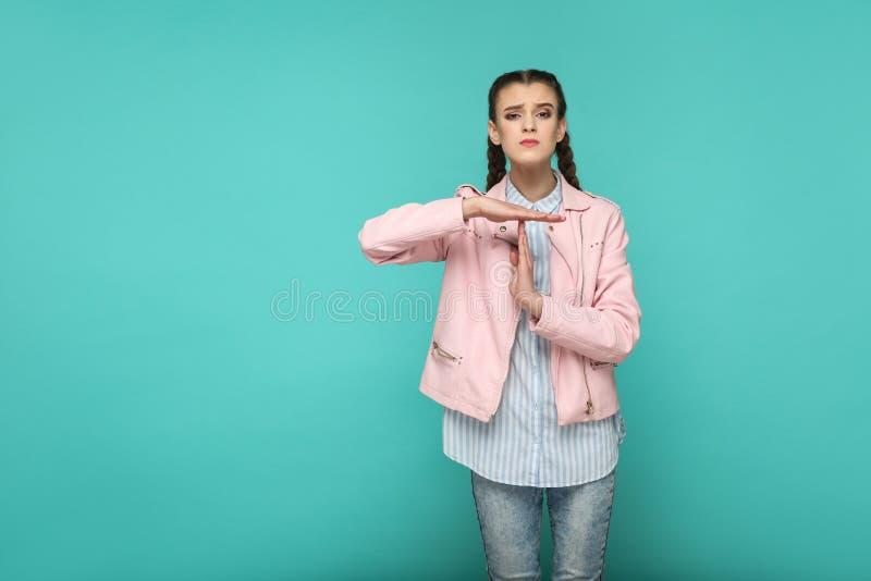 Παρακαλώ μου δώστε περισσότερο χρόνο πορτρέτο του όμορφου χαριτωμένου standi κοριτσιών στοκ φωτογραφία με δικαίωμα ελεύθερης χρήσης