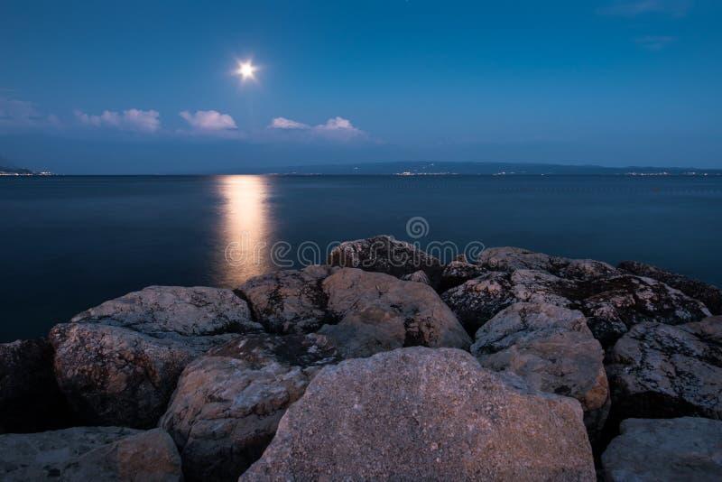Παραλία, αδριατική θάλασσα, αντανάκλαση φεγγαριών τη νύχτα στοκ φωτογραφίες με δικαίωμα ελεύθερης χρήσης