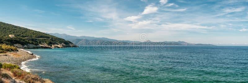Παραλία ακτών και χαλικιών σε Farinole στην Κορσική στοκ εικόνα