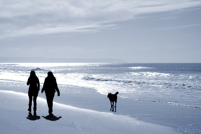 παραλία δύο περπατώντας γυναίκες στοκ φωτογραφίες με δικαίωμα ελεύθερης χρήσης