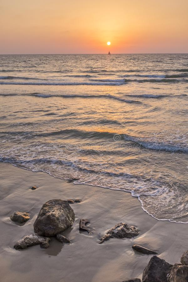 Παραλία ηλιοβασιλέματος γιοτ στοκ εικόνες με δικαίωμα ελεύθερης χρήσης