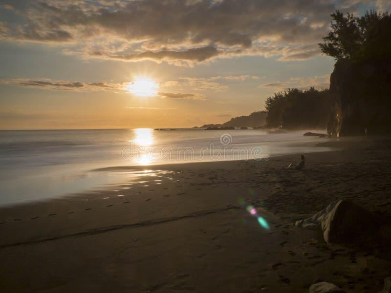 Παραλία ηλιοβασιλέματος στο νησί συγκέντρωσης στοκ εικόνα