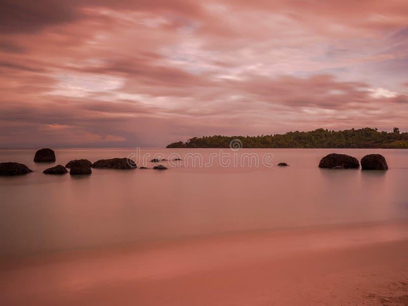 Παραλία θάλασσας λυκόφατος σε Trat Ταϊλάνδη στοκ φωτογραφία