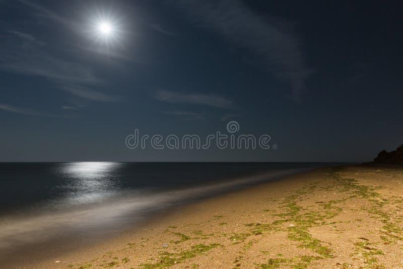 Παραλία θάλασσας νύχτας με το φεγγάρι στοκ εικόνα