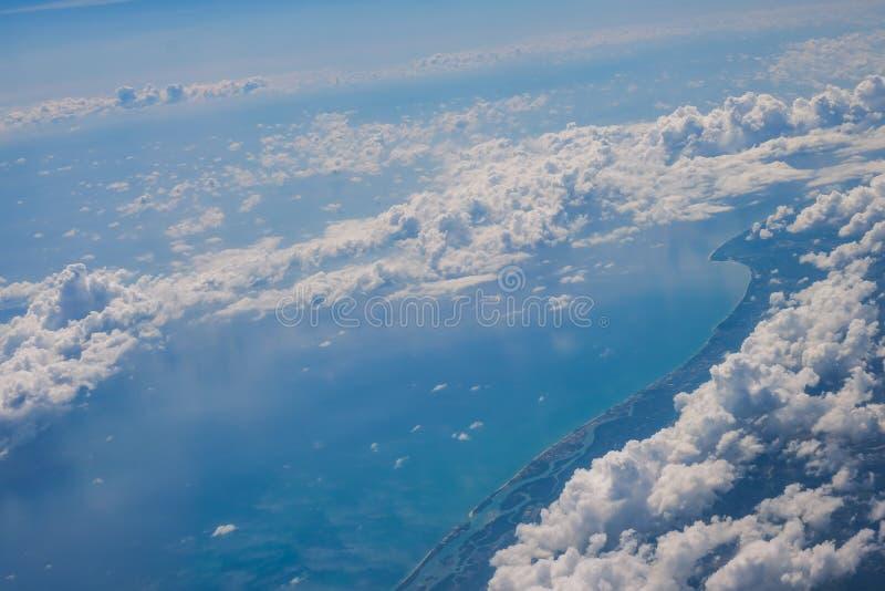 Παραλία και βουνό θάλασσας από το αεροπλάνο στοκ εικόνα