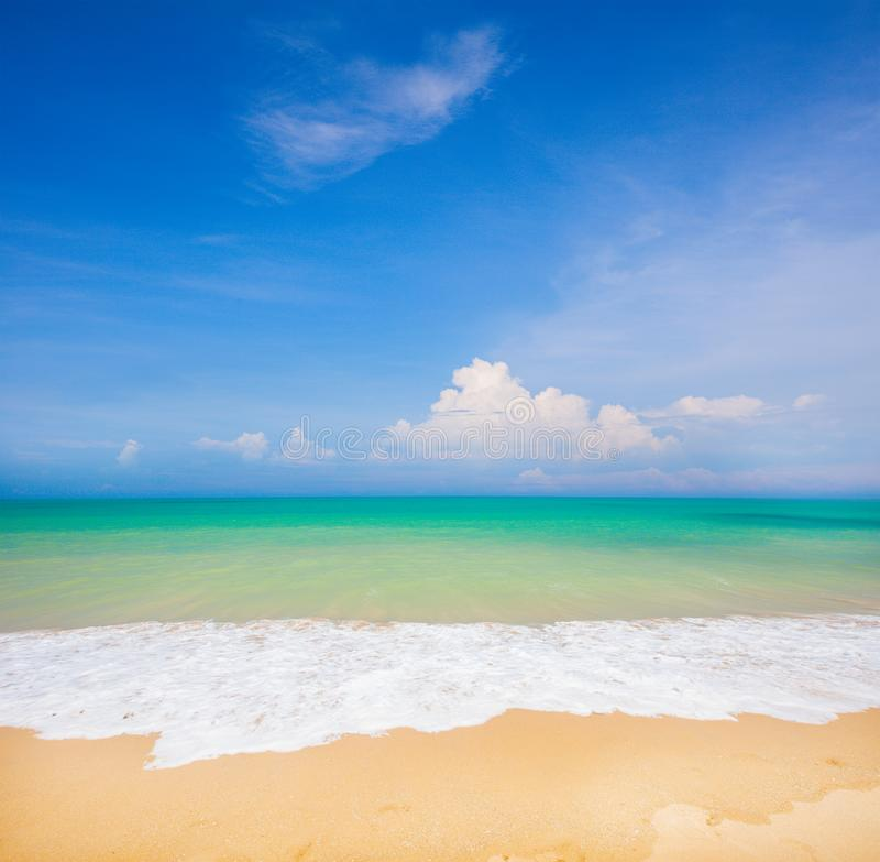 Παραλία και όμορφη τροπική θάλασσα στοκ εικόνες