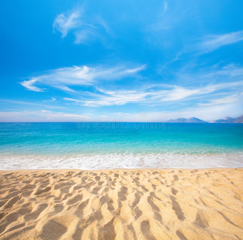 Παραλία και όμορφη τροπική θάλασσα στοκ εικόνα με δικαίωμα ελεύθερης χρήσης