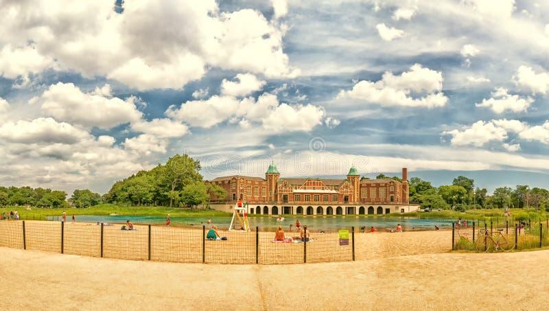 Παραλία και Fieldhouse πάρκων Humboldt Οι άνθρωποι και οι οικογένειες παίζουν Σικάγο, ΗΠΑ στοκ φωτογραφία με δικαίωμα ελεύθερης χρήσης