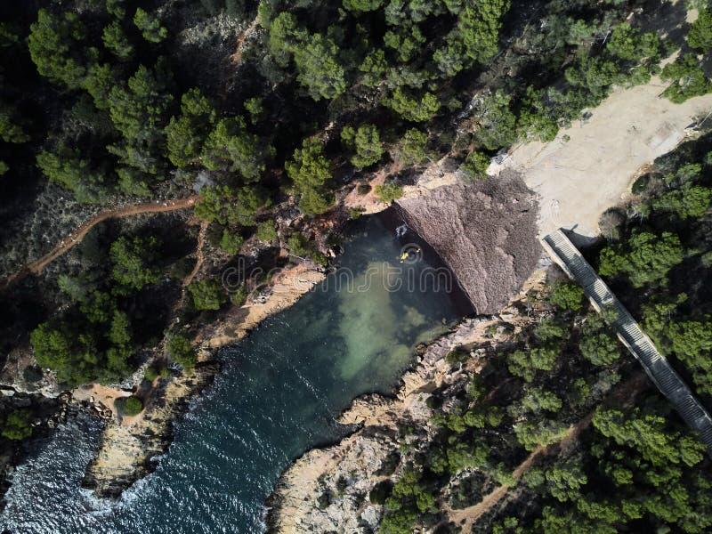 Παραλία ΚΑΠ FALCO με το τυρκουάζ πράσινο διαφανές νερό και τη δύσκολη ακτή στοκ εικόνα με δικαίωμα ελεύθερης χρήσης