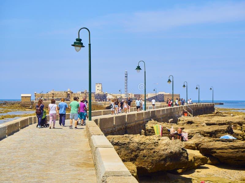 Παραλία Λα Caleta με το San Sebastian Castle στο υπόβαθρο Καντίζ Ανδαλουσία, Ισπανία στοκ φωτογραφίες με δικαίωμα ελεύθερης χρήσης