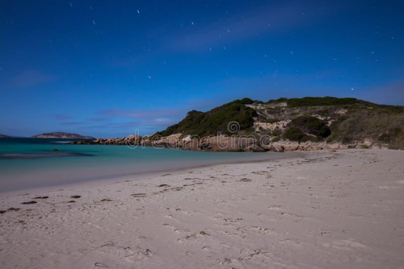 Παραλία λυκόφατος Esperance από το φως πανσελήνων στοκ εικόνα