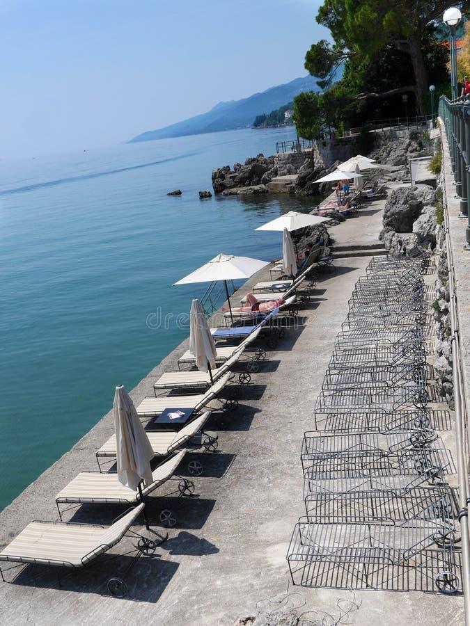 Παραλία με ομπρέλες και καρέκλες Οπάτια Κροατία στοκ εικόνα με δικαίωμα ελεύθερης χρήσης